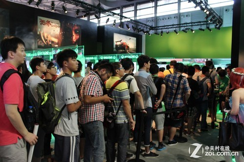 Gamers queuing to try consoles in ChinaJoy2014